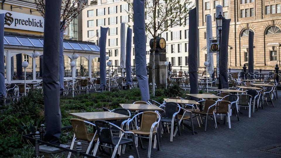 Leere Tische und Stühle in einem Berliner Lokal: Die Gastronomie leidet sehr unter der Corona.Krise