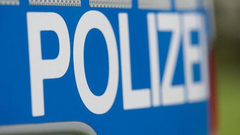 """Das Wort """"Polizei"""" steht auf der Karosserie eines Einsatzwagens. Foto: Marijan Murat/dpa/Symbolbild"""