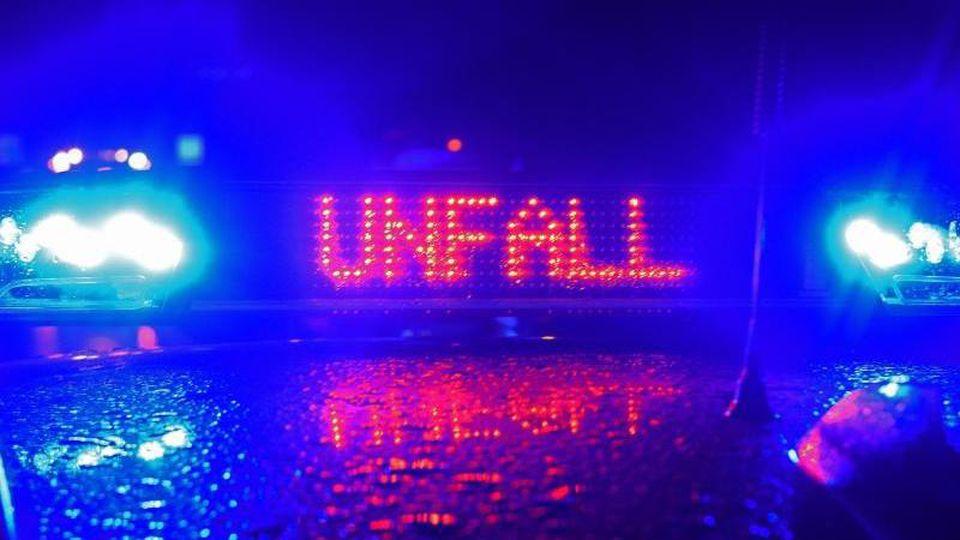 """Blaulicht und Schriftzug """"Unfall"""" auf einem Streifenwagen. Foto: Stefan Puchner/dpa/Archivbild"""