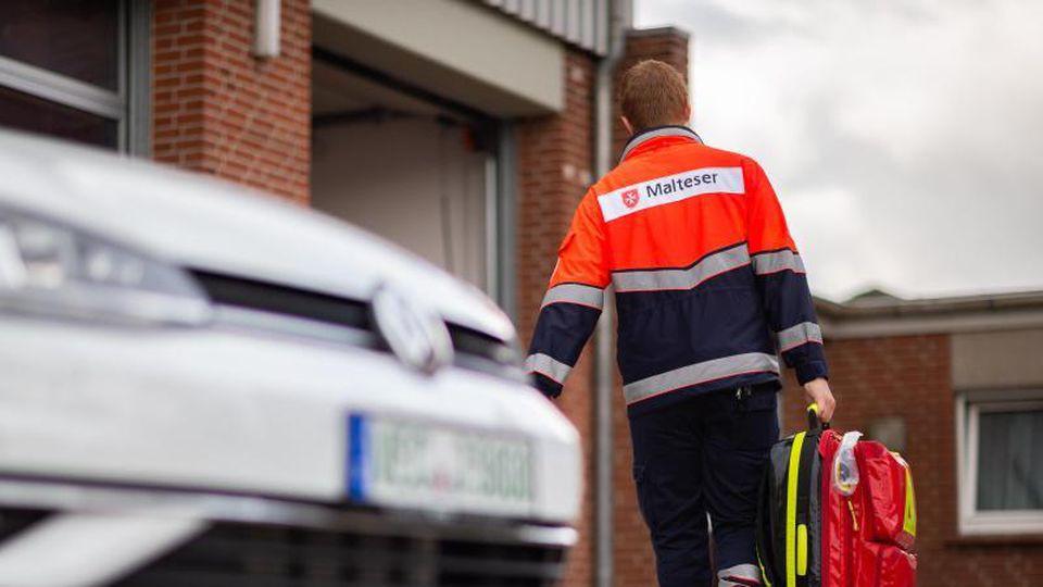 In Leipzig ist ein Rettungssanitäter während eines Einsatzes beklaut worden (Symbolbild).