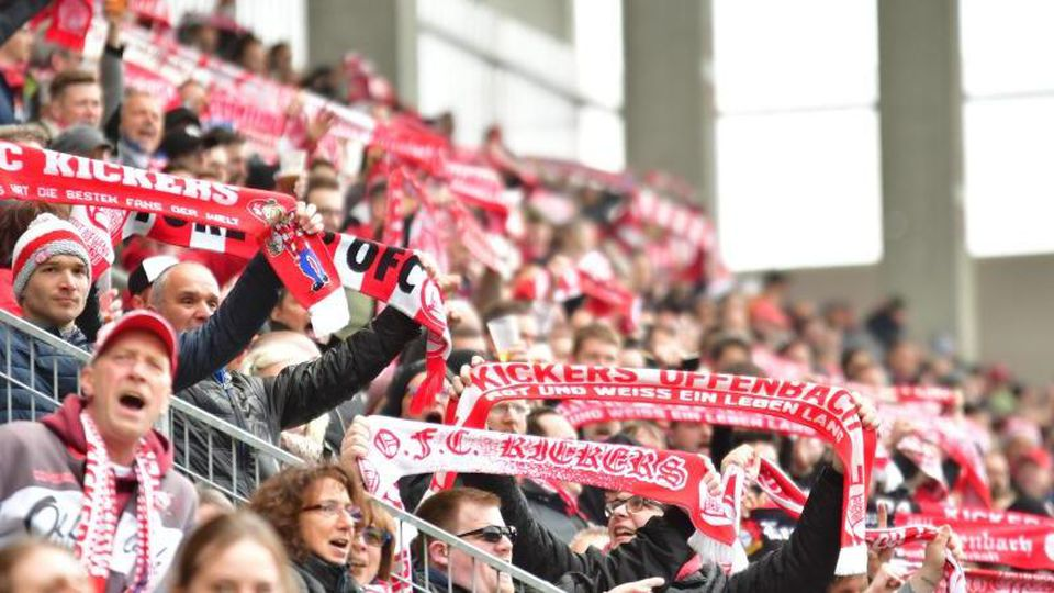 Offenbacher Kickers Fans auf der Tribüne. Foto: Reichert/Jan Huebner/dpa