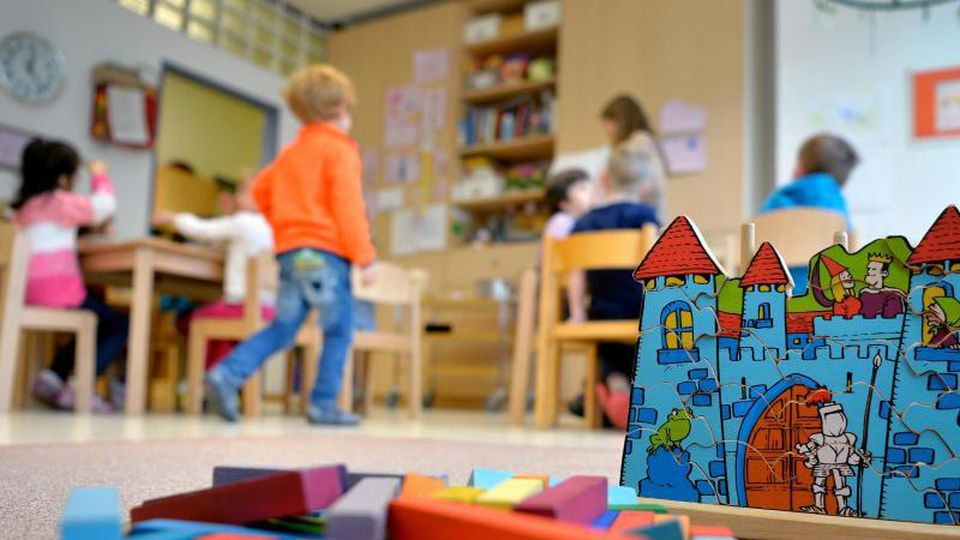 Wann darf das Kind in die Kita? Die Corona-Pandemie hat viele Eltern und Pädagogen verunsichert. Die Bundesländer wollen jetzt mit klaren Empfehlungen gegensteuern. Foto: Monika Skolimowska/dpa