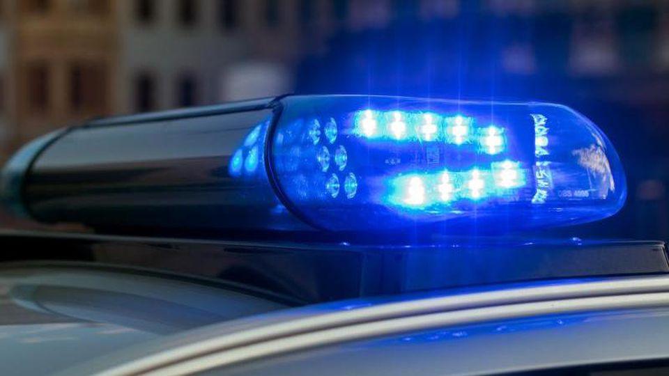 ILLUSTRATION - Das Blaulicht auf einem Fahrzeug der Polizei leuchtet in der Dunkelheit. Foto: Monika Skolimowska/zb/dpa/Archivbild
