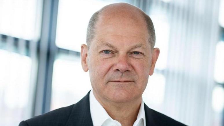 Olaf Scholz, SPD-Kanzlerkandidat und Bundesminister der Finanzen, schaut in die Kamera. Foto: Kay Nietfeld/dpa