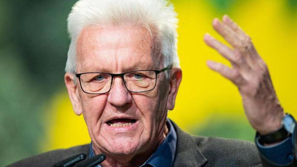Winfried Kretschmann, Ministerpräsident von Baden-Württemberg, hält eine Rede. Foto: Guido Kirchner/dpa