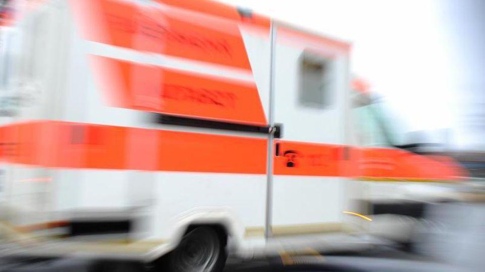 Ein Rettungswagen fährtwährend eines Einsatzes über eine Straße. Foto: Andreas Gebert/Archivbild
