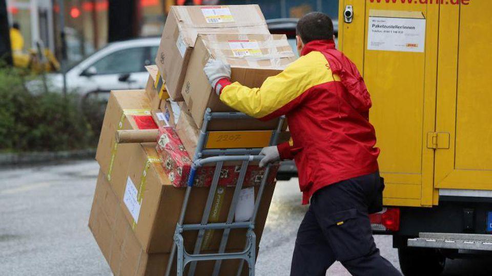 Damit unterwegs alles heil bleibt, müssen Sendungen gut verpackt sein. Aufwendige Geschenkverpackungen sind aber eher hinderlich. Foto: Malte Christians/dpa/dpa-tmn