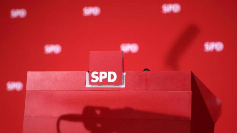 Blick auf das Rednerpult am Rande einer Pressekonferenz im Willy-Brandt-Haus. Foto: picture alliance / Michael Kappeler/dpa/Archivbild