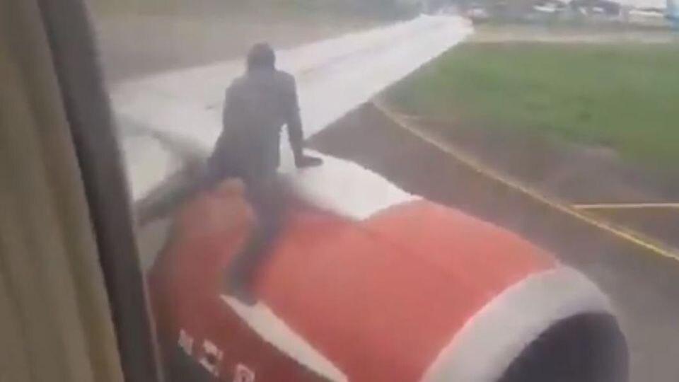 Der Mann wollte auf die Tragfläche des Flugzeugs klettern.