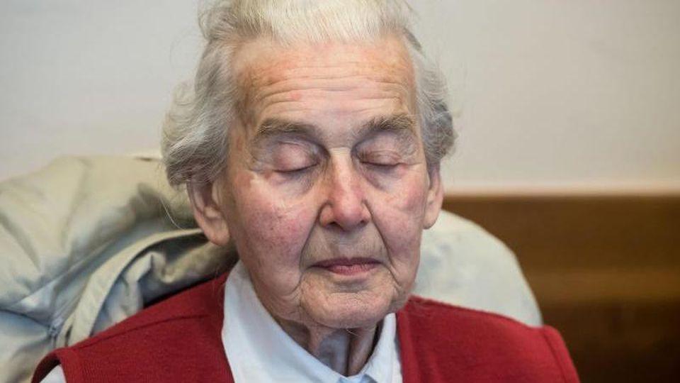 Die wegen Volksverhetzung angeklagte Ursula Haverbeck. Foto: Bernd Thissen/dpa/Archivbild
