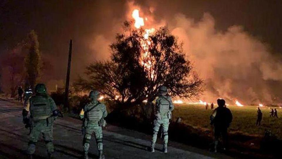Streitkräfte der Armee sichern den Ort, an dem eine Benzinleitung explodiert ist. Foto: XinHua