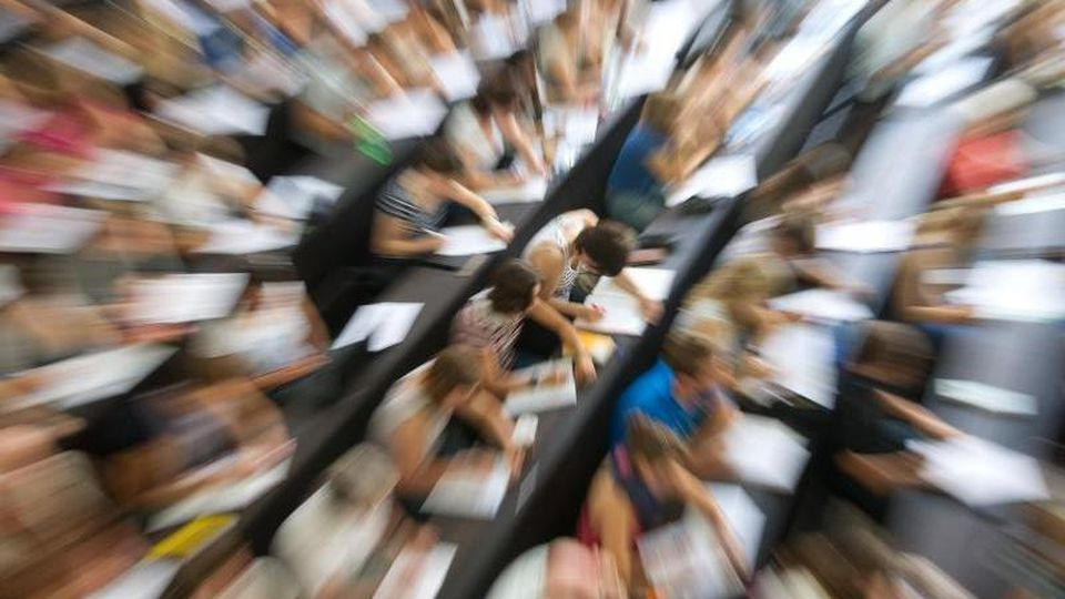 Studenten sitzen in einem Hörsaal. Foto: Uwe Anspach/Archiv
