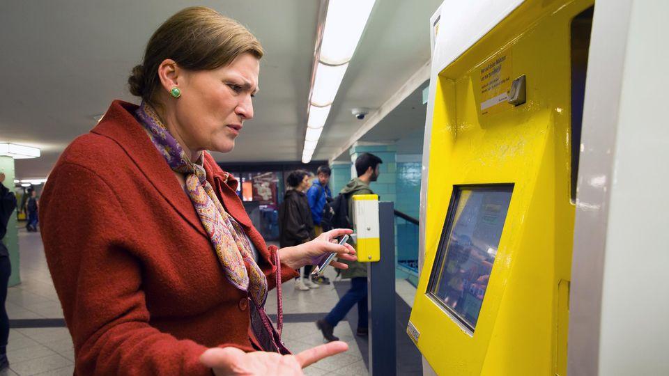 Jasmina (Andreja Schneider) muss schwarz fahren, da sie aus einem kaputten Ticketautomaten kein Ticket lösen kann.