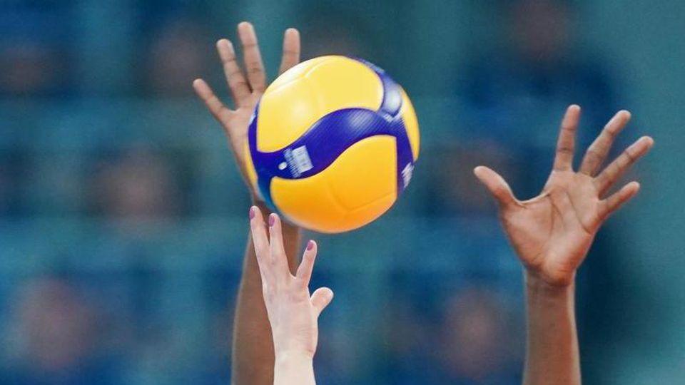 Arme strecken sich in Richtung des Spielballs. Foto: Uwe Anspach/dpa/Archivbild