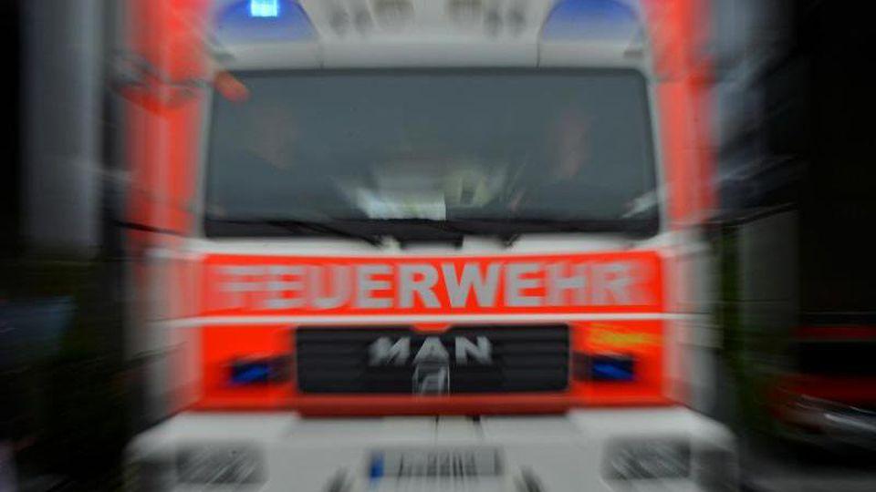 Ein Einsatzwagen der Feuerwehr ist unterwegs. Foto: Hendrik Schmidt/Archiv