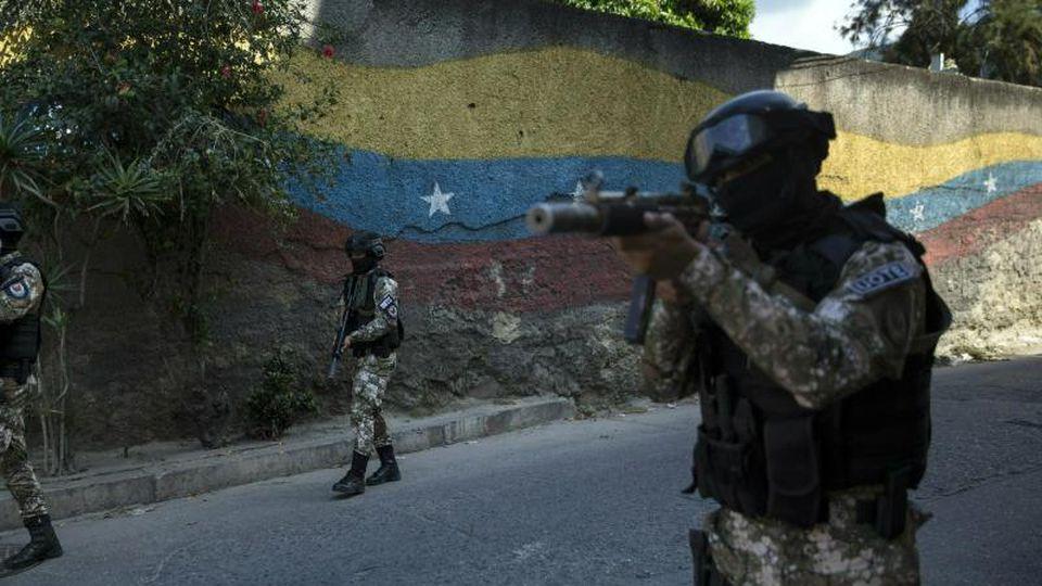 Mitglieder der Polizeispezialeinheit Faes, einer Elite-Kommandoeinheit patrouillieren im Antimano-Viertel In Venezuela. Foto: Rodrigo Abd/AP
