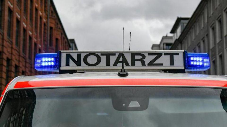 Ein Notarztwagen steht in einer Straße in einem Wohngebiet. Foto: Jens Kalaene/zb/dpa/Archivbild