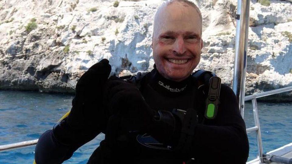Der ehemalige Soldat Jamie Hull springt aus fünf Meter Höhe aus einem brennenden Flugzeug und überlebt.