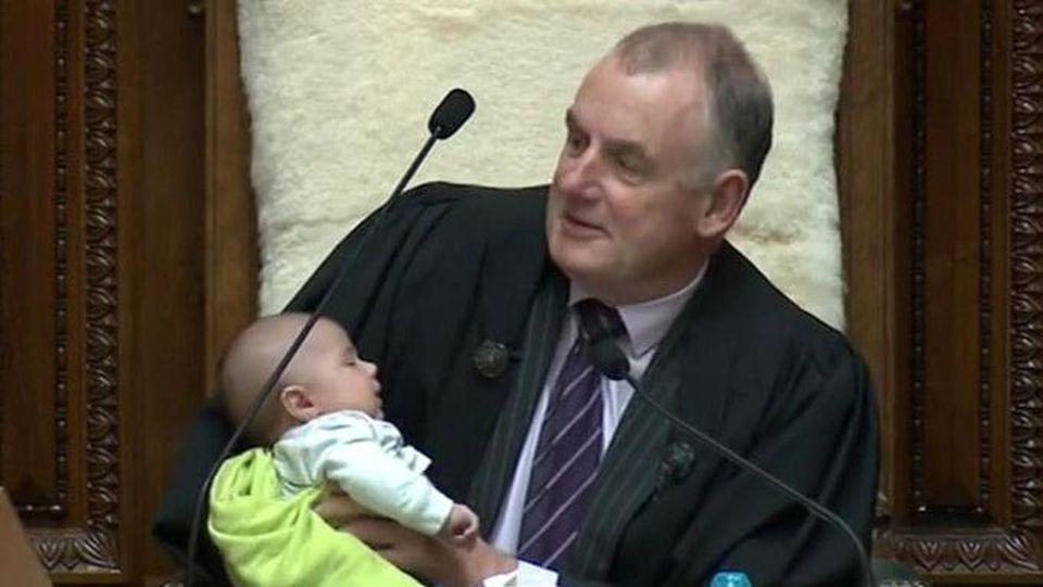 Fütterung während Debatte:Parlamentssprecher springt als Babysitter ein
