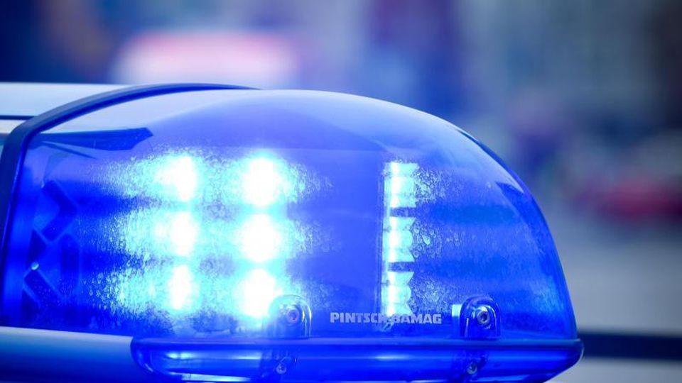Das Blaulicht an einem Polizeiauto leuchtet. Foto: Patrick Pleul/dpa/Archivbild