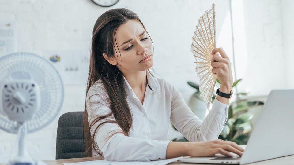 Während des Sommers sorgt ein Tischventilator im Büro für Abkühlung.
