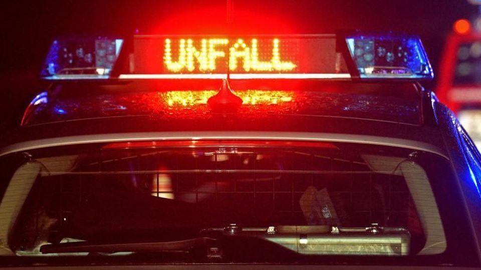 """Der Schrifzug """"Unfall"""" leuchtet auf einem Streifenwagen. Foto: Stefan Puchner/dpa/Archivbild"""