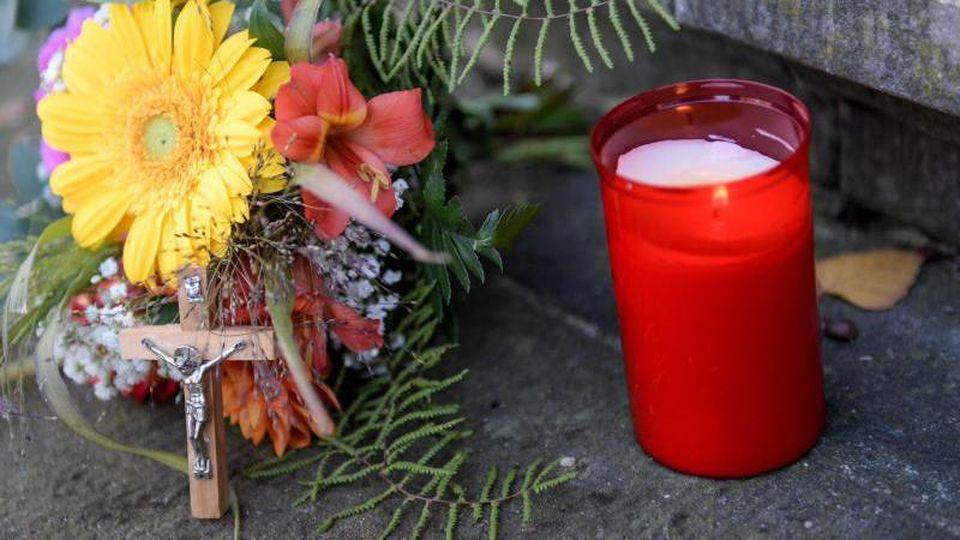 Angehörige des Vierjährigen, der durch einen Stromschlag ums Leben kam, haben Blumen, ein Kreuz und eine Kerze niedergelegt. Foto:Axel Heimken/Archiv