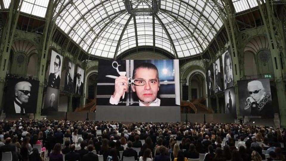 Zahlreiche Porträts erinnern im Grand Palais an Karl Lagerfeld. Foto: Francois Mori/AP