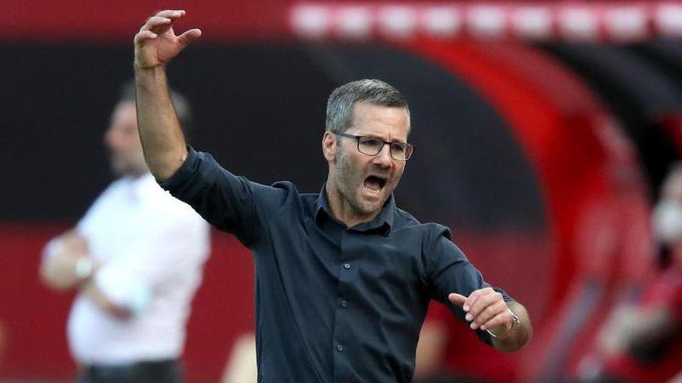 Nürnbergs Trainer Michael Wiesinger gestikuliert am Spielfeldrand. Foto: Daniel Karmann/dpa