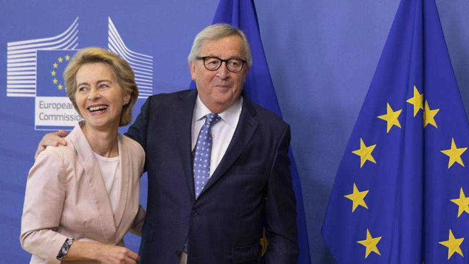 Wird sie seine Nachfolgerin? Noch-Verteidigungsministerin Ursula von der Leyen und EU-Kommissionspräsident Jean-Claude Juncker. Foto: Virginia Mayo/AP