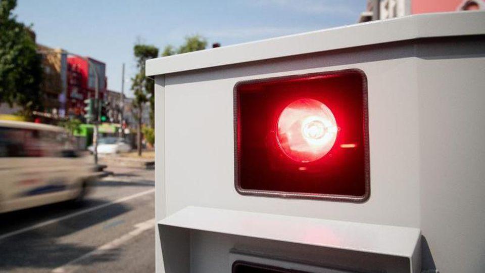 Ein Tempomessgerät steht an einer Straße. Foto: Daniel Reinhardt/dpa/Archiv/Symbolbild