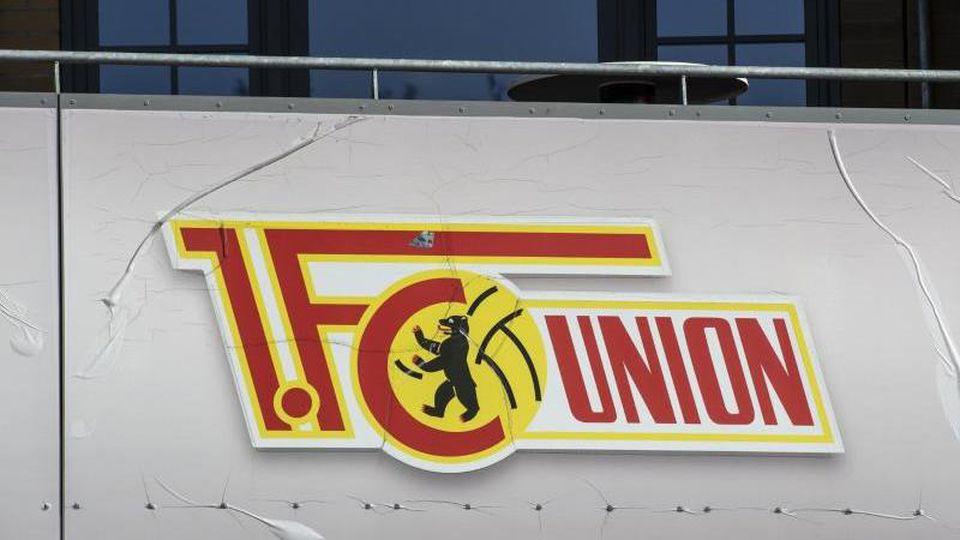 Das Logo des FC Union ist am Stadion an der alten Försterei zu sehen. Foto: Paul Zinken/dpa/Archiv