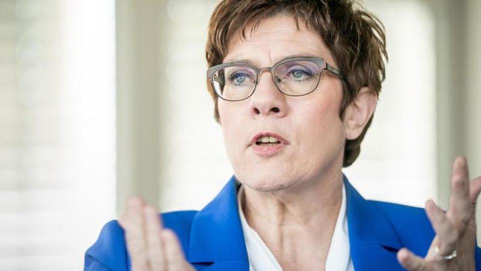 Annegret Kramp-Karrenbauer, CDU-Bundesvorsitzende und Verteidigungsministerin, während eines Interviews. Foto: Michael Kappeler/dpa