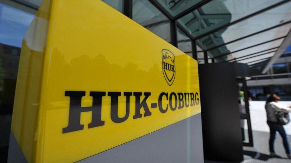 Eine Frau verlässt den Unternehmenssitz der HUK-Coburg Versicherungsgruppe im oberfränkischen Coburg. Foto: David Ebener/dpa