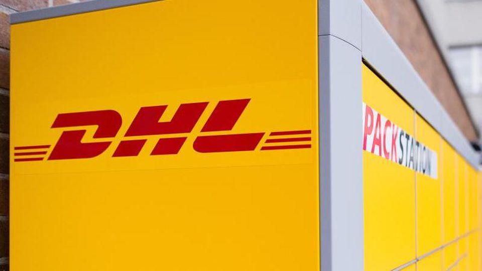 Ein Arbeiter baut eine Packstation von Deutsche Post DHL auf. Foto: Sebastian Gollnow/dpa