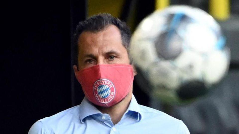 FCBayern Münchens Sportdirektor Hasan Salihamidzic steht mit Mundschutz im Stadion. Foto: Federico Gambarini/dpa-Pool/dpa/Archivbild