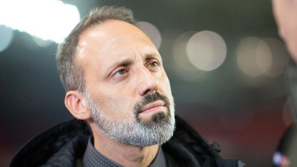Stuttgarts Trainer Pellegrino Matarazzo gibt vor einem Spiel ein Interview. Foto: Sebastian Gollnow/dpa/Archivbild