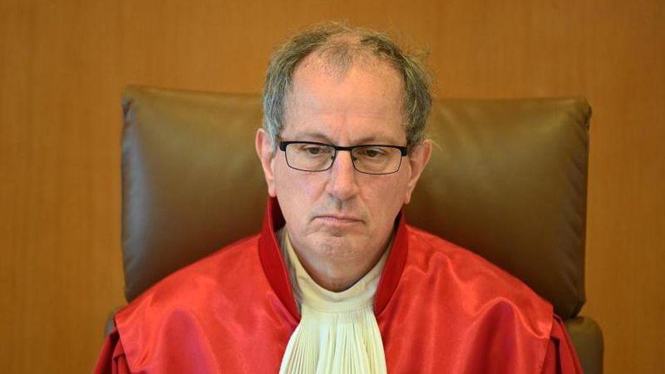 Johannes Masing sitzt im Gerichtssaal desBundesverfassungsgerichts. Foto: Uli Deck/dpa/Archivbild
