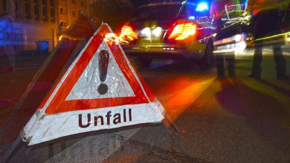 """Ein Warndreieck mit dem Schriftzug """"Unfall"""" steht auf einer Straße. Foto: Patrick Seeger/dpa/Archivbild"""