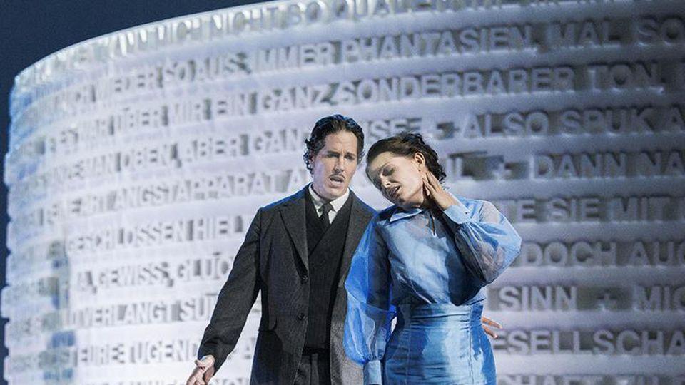 Liudmila Lokaichuk als Effi Briest und Martin Shalita als Crampas stehen auf der Bühne. Foto: Marlies Kross/Staatstheater Cottbus/ZB