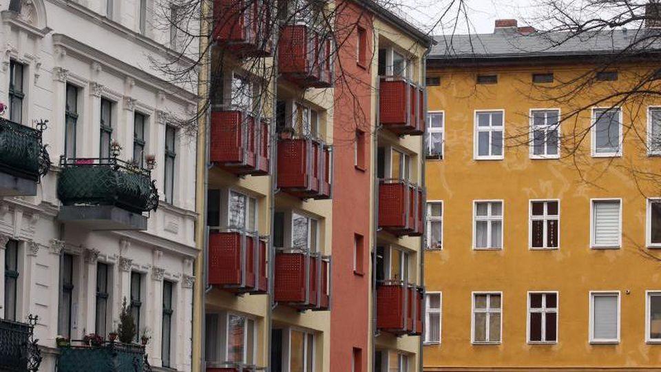 Häuser mit Mietwohnungen stehen im Bezirk Spandau rund um den Lutherplatz. Foto: Wolfgang Kumm/dpa