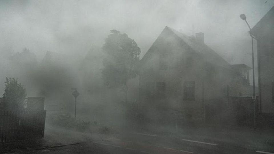 Ein starkes Gewitter mit Sturmböen zieht durch die Straßen der Stadt in Südhessen. Foto: Frank Rumpenhorst/dpa