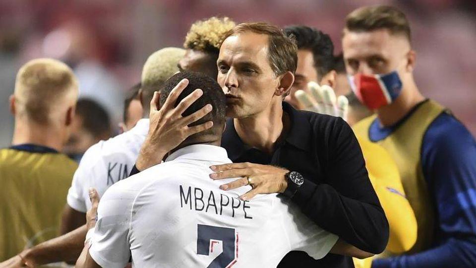 Thomas Tuchel (r), Trainer von PSG, freut sich über denEinzug ins Halbfinale. Foto: David Ramos/Pool Getty/AP/dpa