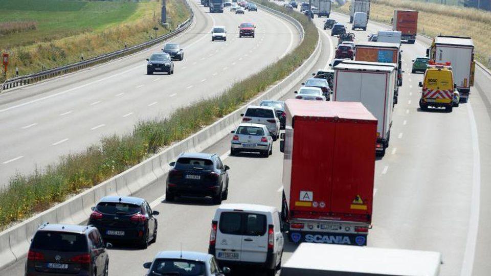Autos und Lastwagen fahren auf eienr Autobahn. Foto: Stefan Puchner/dpa/Archivbild