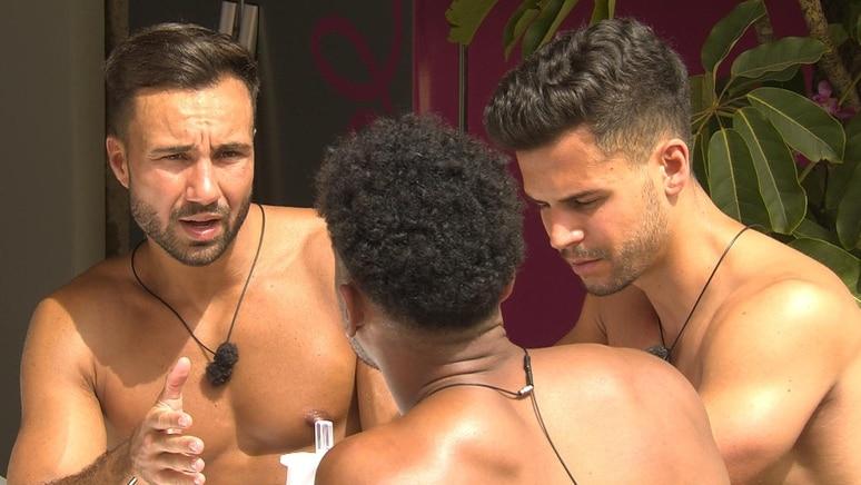 Bro Talk. Die Jungs sind von Alex genervt, weil er nicht von Emilia lassen kann.