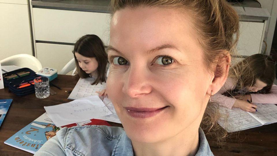 Plötzlich Lehrerin: Eva Imhof und ihre Zwillingstöchter bei den Schulaufgaben.