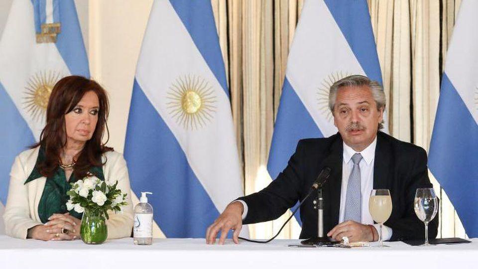 Argentiniens Präsident Alberto Fernandez und Vizepräsident Cristina Fernandez de Kirchner während einer Pressekonferenz in Buenos Aires. Foto: ESTEBAN COLLAZO/Presidencia Argentina/dpa