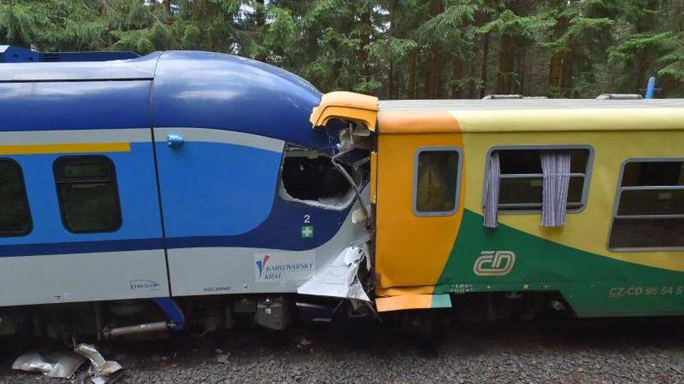 Die beiden Züge stehen nach der Kollision ineinander verkeilt auf dem Gleis. Foto: Slavomír Kubeš/CTK/dpa