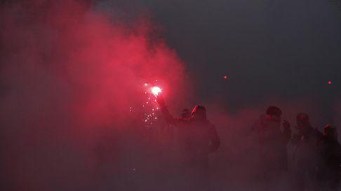 Frankreich, Paris: Ein Demonstrant hält ein bengalisches Feuer. Bei den Demonstrationen gegen die geplante Rentenreform in Frankreich ist es zu Ausschreitungen gekommen.