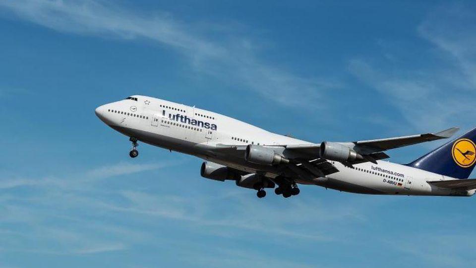 Eine Boeing 747 der Fluggesellschaft Lufthansa. Foto: Silas Stein/Archivbild